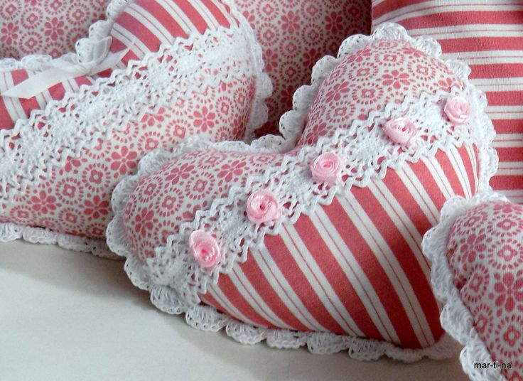 Levandule ve starorůžové II. Dekorační srdíčko je ušité ze 100% bavlny, zdobeno ruční háčkovanou krajkou, bavlněnou krajkou a růžičkami. Vyplněno je dutým vláknem a sušenou levandulí. Barva: Přední díl - Kytičky a proužky v barvě starorůžové a bílé  Zadní díl - Kytičky v barvě starorůžové