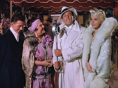 Look at Don - he's in a beauty of a jacket and hat with a suit underneath. Lena is in a giant amazing fur-trimmed coat. The gossip columnist is stunning in mauve with fur and head wrap. Donald O'Connor keeps it simple. GREAT OUTFITS