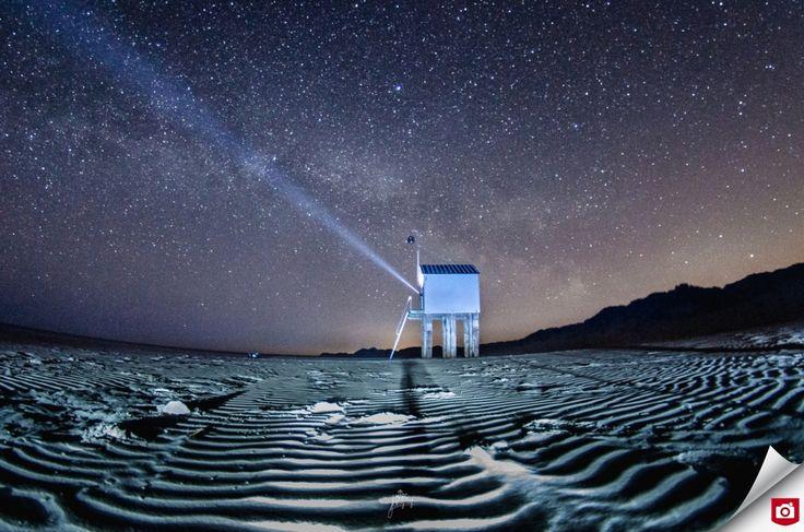 🌌 Een mooi voorbeeld van de kracht van een camera: door de lange sluitertijd en het maanlicht kun je prachtige nachtlandschappen vastleggen, met een rijke sterrenhemel! Ook het licht van de zaklamp is mooi vastgelegd en zorgt voor een mooie compositie. 🌌 Gefeliciteerd met deze Foto van de Dag, MarcDeFotograaf! 😎 Bekijk meer bijzondere foto's van Marc: http://marcdefotograaf.zoom.nl/