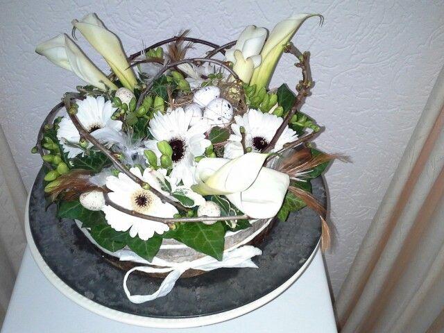 Paastaart van verse bloemen en voorjaarstakken.