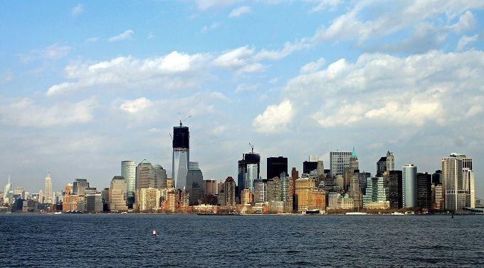 Con la caída de las Torres Gemelas, el Empire State se convirtió (443 mtrs) en el cielo de la ciudad.  SERA HOY, porque el 'One World Trade Center' superará la altura del Empire State tras 8 años de construcción. SEguirá creciendo un año más hasta alcanzar su altura final,convirtiéndose si nadie se lo quita antes, en el edificio más alto de los E.U.A. y el tercero de todo el mundo. La altura final será de 541 mtrs que, no casualmente, en piés son 1776, año de la independencia de Estados…