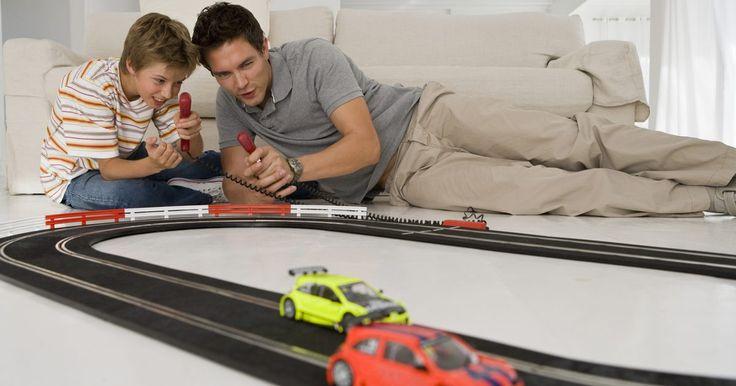 Cómo hacer una pista de carreras para autos de papel. Las carreras con coches de juguete pueden ser demasiado divertidas conforme se alejan en una pista, suben rampas y pasan a través de túneles y saltos. A veces tu coche es más rápido que el de tus amigos, a veces no, de cualquier manera diviértete. Cuando te cansas de la pista, esto afecta en tus carros, puedes gastar una tarde haciendo la tuya ...