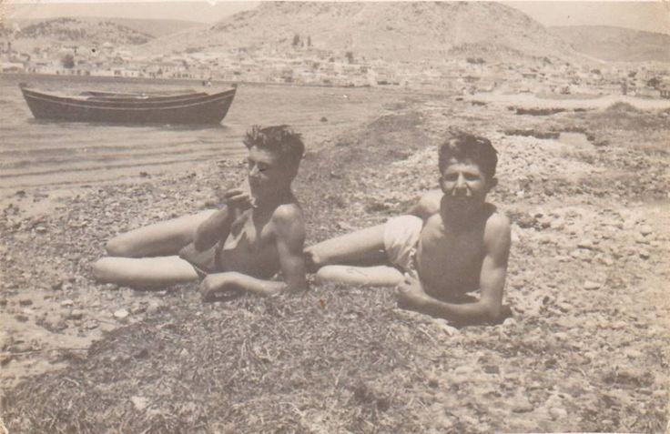 νεαροι στην ακτη ...περιοχη καταστημα , δεκαετια του 50