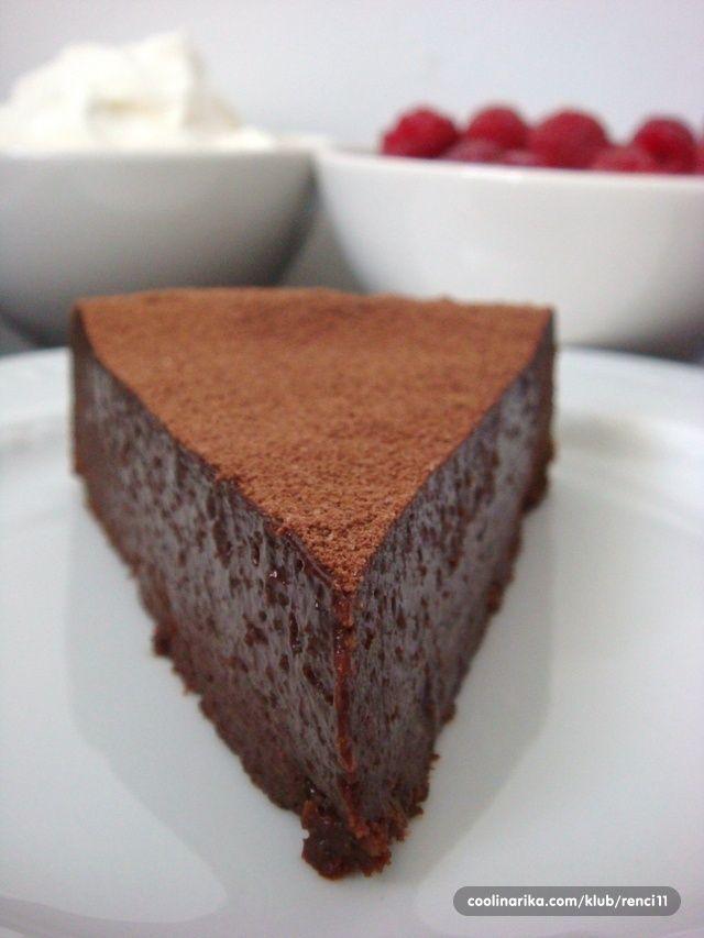 Ovo je zaista torta za posebne prilike. Toliko jednostavna, a opet posebna i dugacija. Torta za istinske cokoljupce, a trebati ce vam jedna zdjela, spatula i kalup za pecnje, te nekoliko namirnica ... Za ovu cokoladnu divotu zasluzna je Donna Hay. Predstavljam vam Ultimate One - Bowl Chocolate Dessert Cake.