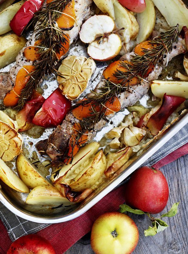 Svinemørbrad i fad med æbler, rosmarin og kartofler er en nem ret, som ikke kræver ret meget forberedelsestid. Kartoflerne får en rigtig god smag sammen med æbler og rosmarin.