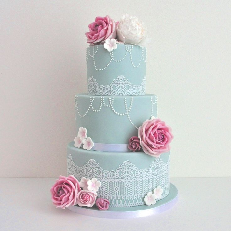 Bruidstaart vintage blauw/roze, kant, roze rozen, kettingen.