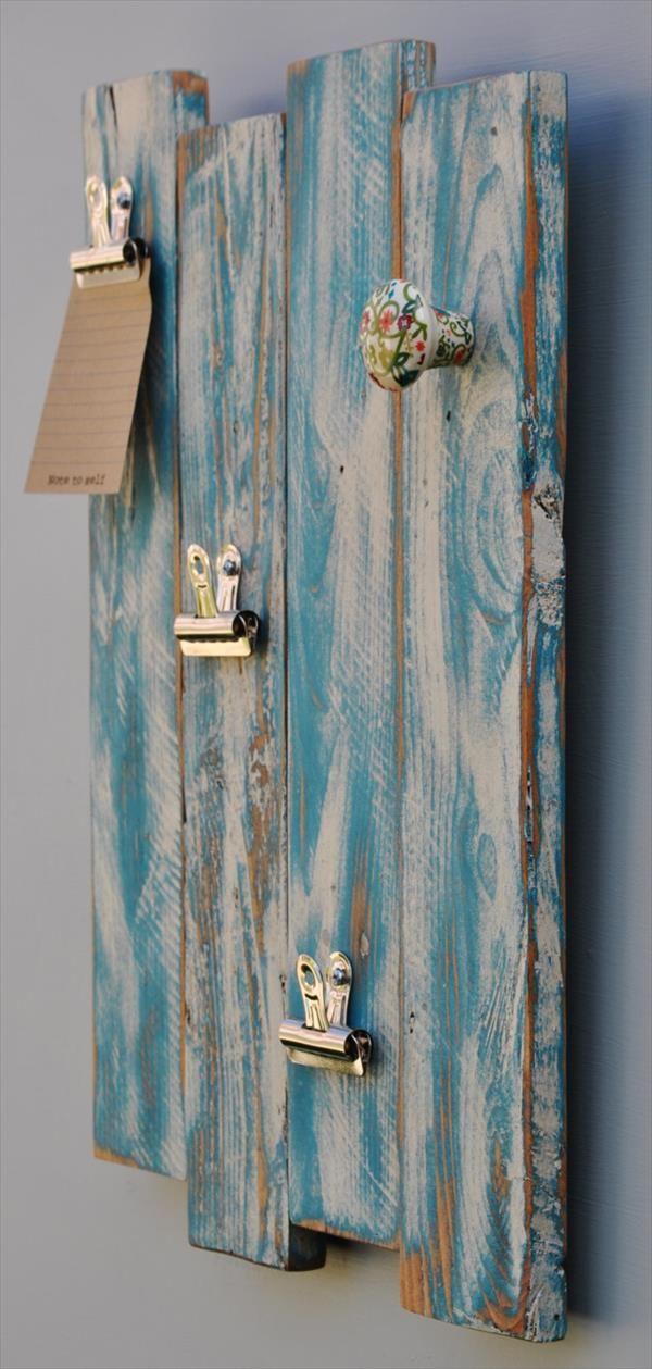 Se gostar do estilo rústico, que tal montar um organizador com placas de madeira com aspecto desgastado? #diy
