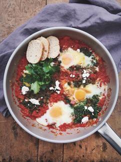 Shakshuka is eieren in een pittige tomatensaus en ik deed er ook nog spinazie bij.Ontzettend lekker en ook nog eens snel klaar! Recept op Cookingdom via bron