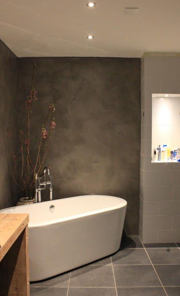 Onze badkamer met beton cire muren, vrijstaand bad en wastafel van oude…