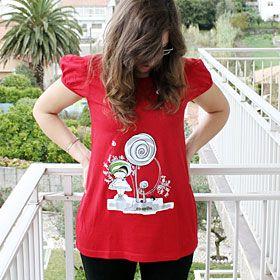 COLECCIÓN PRIXEL. Camiseta roja larga con fruncidos en los hombros estilo vestido con ilustración de la Niña Repollo Bebé, un mundo por descubrir. Composición: 100% algodón peinado hilado en anillo de 145 gr/m2 y punto liso. Más en http://www.joyasdepapel.com/catalogo-camisetas