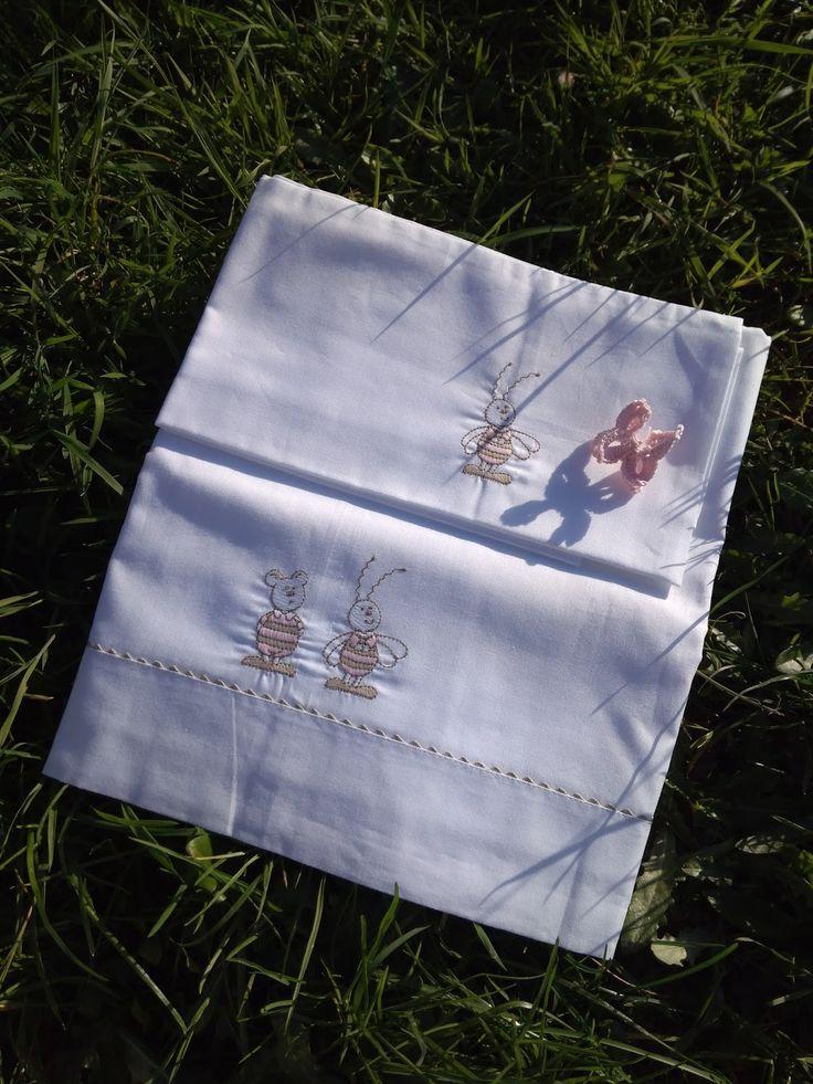 Liquidamos productos en stock:   Toallas de algodón 100% con preciosos acabados  14€   Sábanas de cuna de 120x60cm, incluye encimera, baje...