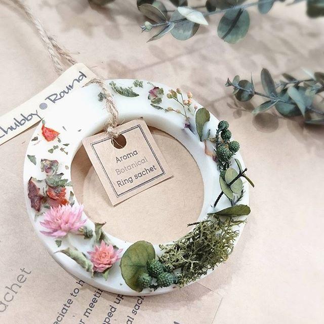 ボタニカルリングサシェのgardenシリーズ(*´˘`*)ナチュラルなお部屋のインテリアに♡  昨日プリンターが壊れてあたふたしてました( ¯―¯٥)しばらく手書きの宛名で失礼しますm(__)m(笑)  #chubby_round #handmade#natural#materials #aroma#sachet#aromabar #essentialoil#botanical #wax#flower#herb#dryflower #present#gift#kaumo #アロマ#ワックスサシェ#ボタニカル #自然素材#ハンドメイド #チャビーラウンド#手作り#雑貨 #インテリア#プレゼント#ギフト