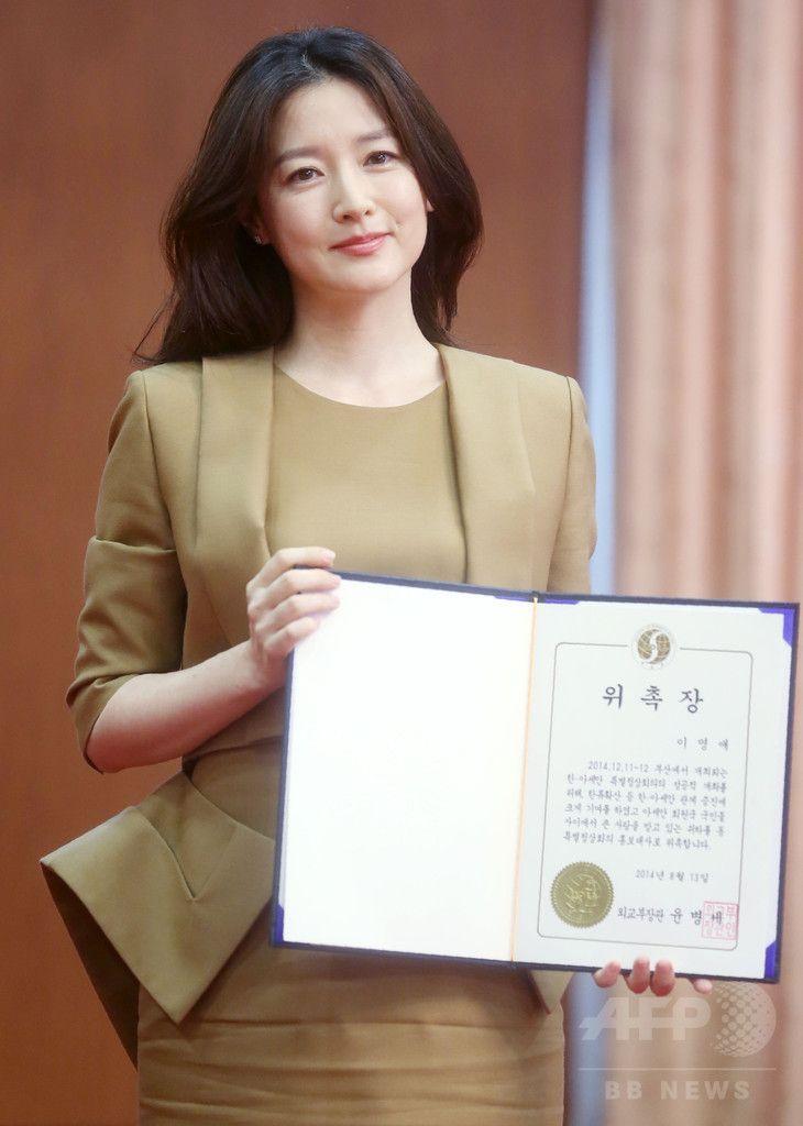 韓国・ソウル(Seoul)の外交通商部(外務省)で、韓国および東南アジア諸国連合(ASEAN)による特別首脳会議の広報大使任命式に臨む、女優のイ・ヨンエ(Lee Young-Ae、2014年8月13日撮影)。(c)STARNEWS  ▼15Aug2014AFP イ・ヨンエ、韓国・ASEANの特別首脳会議の広報大使に http://www.afpbb.com/articles/-/3023161 #Lee_Young_Ae