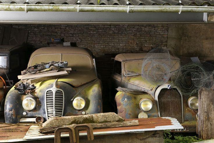 Delahaye GFA 148 L et Talbot Lago Baby cabriolet par Guillore.  © Collection Baillon, © ArtcurialDécouverte de la collection Baillon, un trésor automobile oublié - Le Point 12.2014 -
