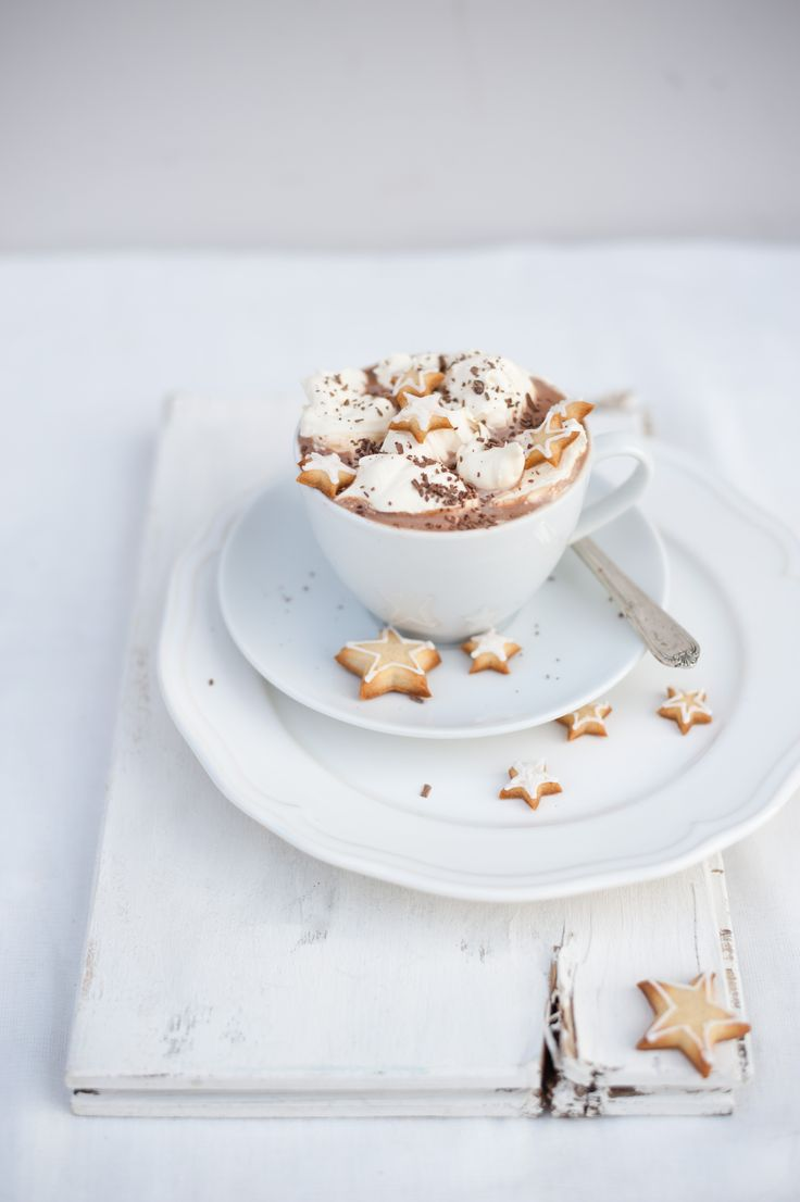 Spiced hot chocolate with cardamom stars//