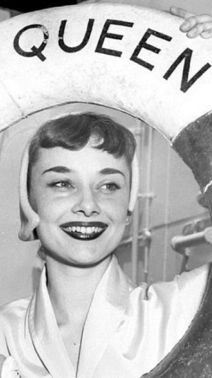 Audrey Hepburn in 1953 on her way from England to Rome,Italy,to film Roman Holiday. De gatabella.tumblr.com