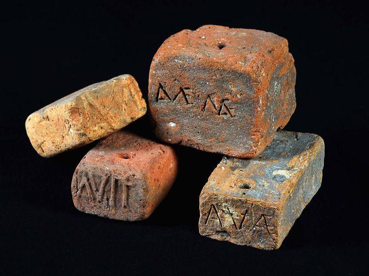 Pesos de tear em exposição no Museu Monográfico de Conimbriga