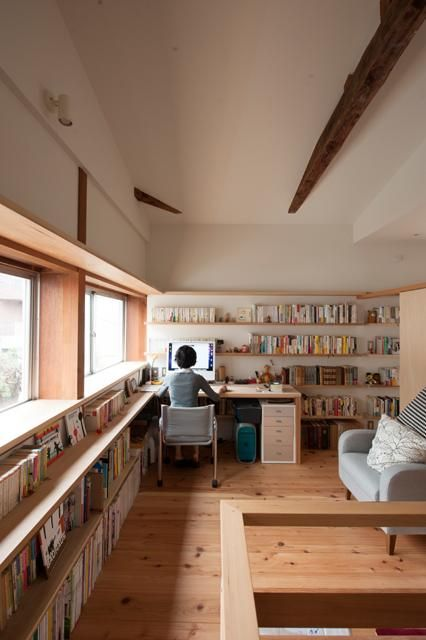 固定棚のひとつを奥行きを大きくして机としました。左側の出窓から、下の庭が眺められます。 専門家:が手掛けた、明るい書斎コーナー(『矢来の家(減築)』過去の記憶や温もりを残す減築リフォーム)の詳細ページ。新築戸建、リフォーム、リノベーションの事例多数、SUVACO(スバコ)