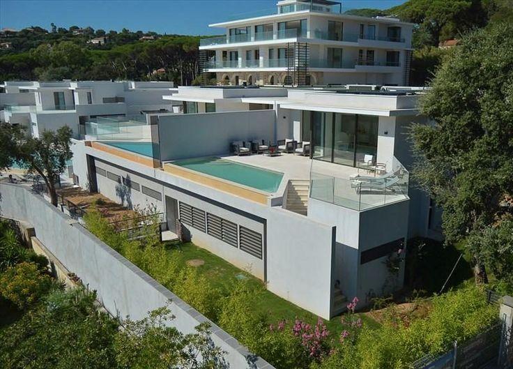 Première occupation ! Nouvelle construction avec des vues fantastiques sur la mer #St_Maxime  Cette belle villa, offre de grands volumes et jouit d'une grande terrasse couverte.   Livré avec une piscine privée! Vous y profiterez de l'un des meilleurs points de vue sur le golfe de St Tropez.   Situé dans une luxueuse résidence de seulement quatre villas et 7 appartements.   Trouver quelque http://aiximmo.ch/fr/listing/premiere-occupation-nouvelle-construction-avec-des-