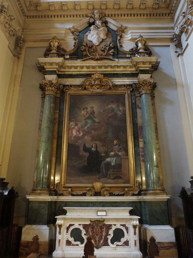 Altar con cuadro de Corrado Giaquinto , San Francisco de Sales y Santa Juana Fremiot Chantal, fundadores de la Orden de las Salesas, adorando al Sagrado Corazón de Jesús. Siglo XVIII. El mármol verde es de Granada, como el de otros retablos de esta iglesia