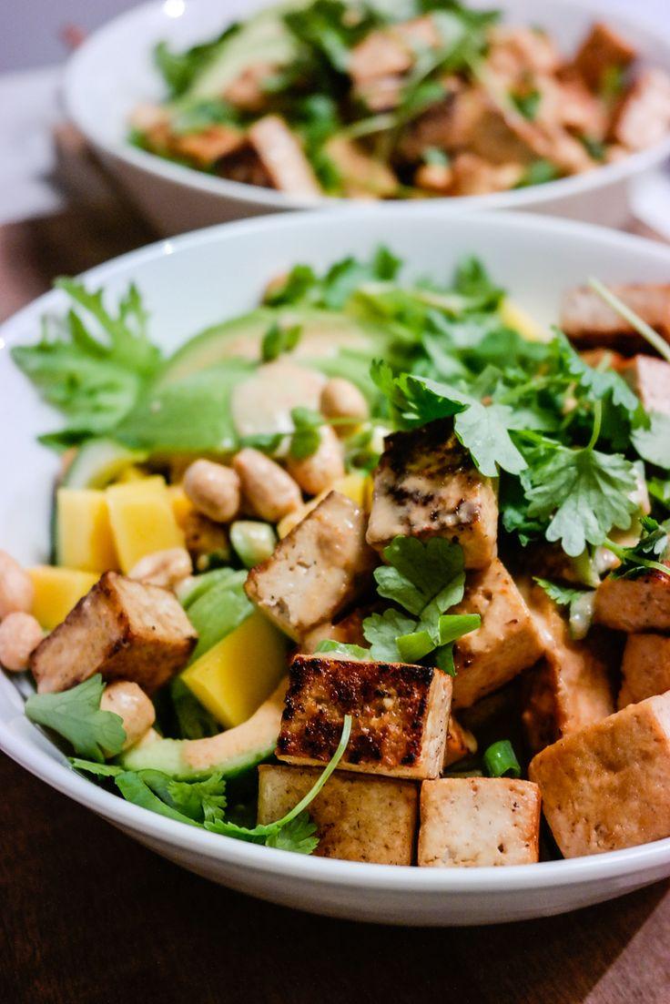 Thaisalat med mango, peanøtter, koriander og kokos- og currydressing (alt som er godt!)