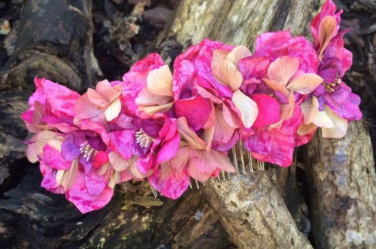 Media corona de flores rosas y con hortensias preservadas en beige.Medidas:25 cm largo y 6 cm de ancho.(Precios sin IVA)