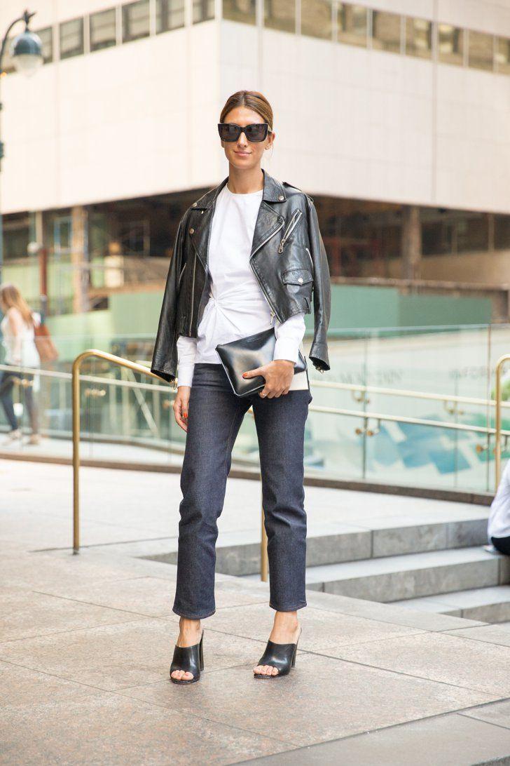 Pin for Later: 8 einfache Outfits, die nie aus der Mode kommen Eine weiße Bluse, Jeans und eine Lederjacke Der Kontrast aus schwarzem Leder, blauem Denim und weißer Baumwolle wirkt poliert und nicht zu casual.