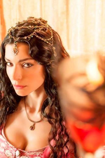 """MUHTEŞEM YÜZYIL'A MERVE BOLUĞUR'DA KATILDI Merve Boluğur, """"Muhteşem Yüzyıl"""" ekibine katıldı. Ünlü oyuncu, asil bir Venedikli ailenin kızı ile Osmanlı'ya gönderilen, kölelikten gelip de Valide Sultan olan Nurbanu'yu canlandıracak."""