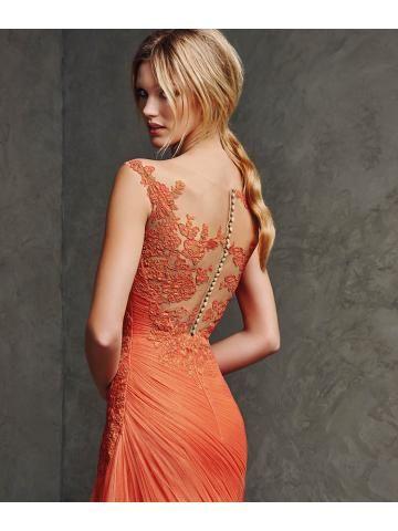 Lange jurk met bateau halslijn, met edelsteen borduurwerk en effen georgette riem.