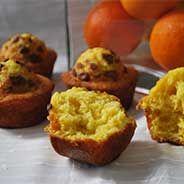 Espectaculares estas magdalenas de naranja con pepitas de chocolate preparadas facilmente en la Thermomix. Ricas y sabrosas, haz tus desayunos más felices