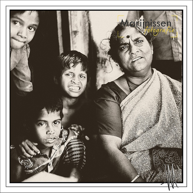Indian family on the sidewalk outside her home in India, asia, familie, hindu, travel pictures journalistic style of people, photography around the world, sepia, square Hasselblad. Indiaanse familie op de stoep voor haar huis in India by Fotostudio Marijnissen Fotografie. fotoshoot in fotostudio vanaf €115,- www.marijnissenfotografie.nl