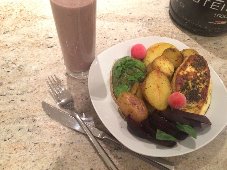 Ever wondered what on our plates? --> gorillagainsofficial  Fried potatoes, beetroot, grilled cheese tomatoes and avocado garnished with basil leaves. And if that wasn't enough, we had a choco whey protein shake mixed with nuts, coconut chips, basil, wild berries, acai powder and a banana with it!   Image Credit: @missdsunshine  #gorillagains #gorillaseverywhere #madeingermany #fitness
