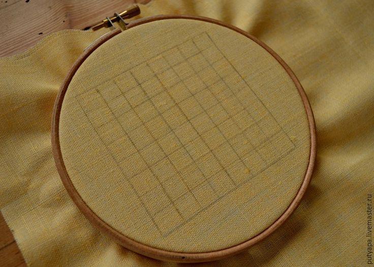 Предлагаю вашему вниманию серию несложных мастер-классов по вышивке в технике 'декоративные сетки' или, как окрестила этот вид вышивки моя знакомая, 'крестик для ленивых' :) Эта техника довольно проста и под силу начинающим рукодельницам. В пределах контура натягивается сетка, которая может быть прямой или ромбовидной. Места пересечения ниток прикрепляют к ткани стежками-'скрепками', которые могут быть в виде прямых или косых стежков, крестиков.