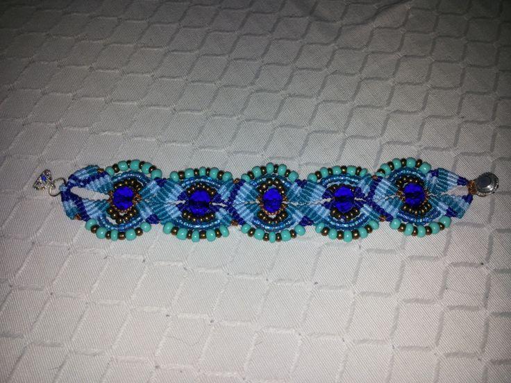 Bracciale in macramè con pietre azzurre
