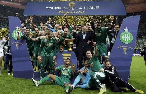 Les Stéphanois fêtent leur victoire en finale de la Coupe de la Ligue contre Rennes, le 20 avril 2013 au Stade de France - AFP Kenzo Tribouillard