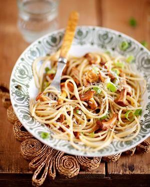 Kantarellista eli keltavahverosta syntyy simppeliä pastaruokaa italialaiseen tyyliin. Tämä pasta on kevyt, sillä kantarelli ei kaipaa edes kermaa.
