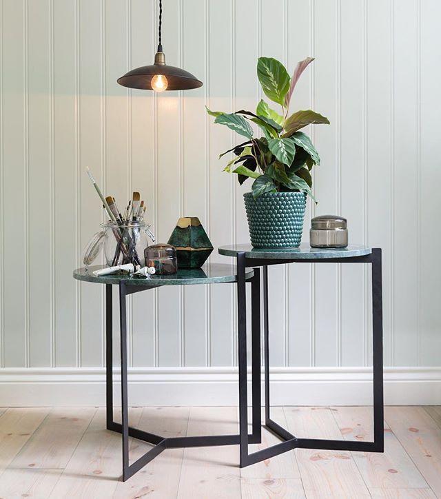 En favorit ✨ Marmorborden Wilma  passar fint både som sidobord, soffbord eller nattduksbord ☺️ Välj mellan vit eller grön marmorskiva. Finns i lager för omgående leverans! Hoppas ni får en fin fredag ❤️ #strömshaga #stromshaga #inredning #marmorbord #interior
