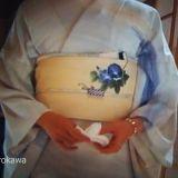 常盤貴子さまのきもの姿が麗しい「京都人の密かな愉しみ」も今回で最終。題して「桜散る」(涙)京都の好きな人なら必見。私は特に京都好みではないけど、やはり必見。現代の京都に生きる人の歓び、誇りだけではなく、悩みなどもちゃんと描いている。伝統ある和菓子屋を畳むという前回のお話、どうなるか気になる~~。明日が楽しみだわあ。番組告知で主演した料理番組「あてなよる」に出演した常盤様。この自然な笑顔が!!美味しそうな京都料理を大原千鶴さんが紹介。この方の気負いのないきもの姿も安らぐ。きものが特別ではない人の着姿ですね。番組のBG「京都慕情」確かおおたか静流さんが歌っているんだけど、この方の七色と言われる声がまた素晴らしい。→歌は武田カオリさんでした。訂正してお詫びします。ワタシ、よく聞いているおおたかさんのCD「恋文」の最...「京都人の密かな愉しみ~桜散る」最終話よ、ぜひ見てね