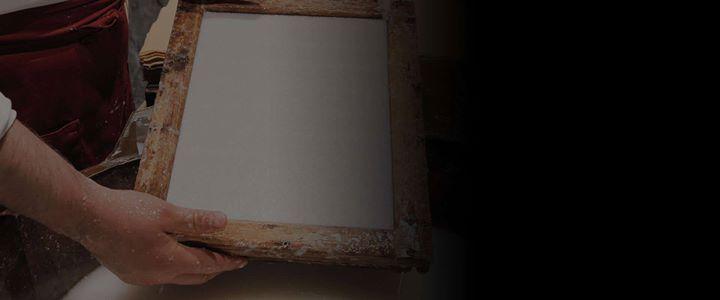#LoSapeviChe lo stampatore d'arte è quella figura del mondo dell'arte visiva che si occupa della riproduzione di opere originali con tecniche di stampa d'arte quali la calcografia la litografia la serigrafia la xilografia utilizzando esclusivamente procedure manuali sia per la scomposizione dei colori sia per la stampa vera e propria che deve essere effettuata con torchi manuali senza ausilio di procedimenti fotomeccanici nel rispetto della tradizione artigianale della grafica d'autore.