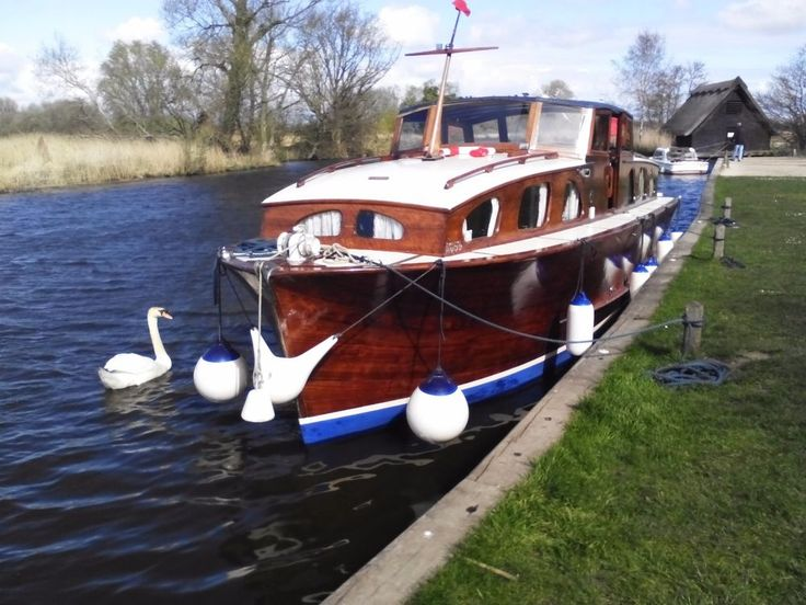 BOAT NORFOLK BROADS CRUISER VINTAGE CLINKER CLASSIC WOODEN CARVEL