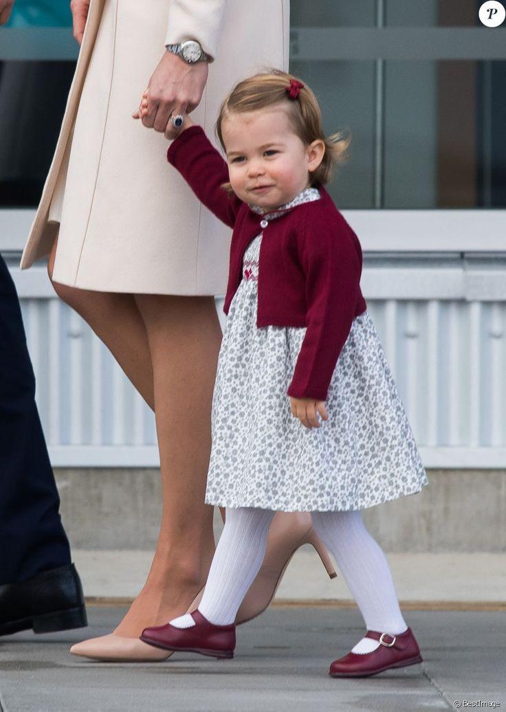 Le prince William, Kate Middleton, le prince George et la princesse Charlotte de Cambridge ont dit au revoir au Canada le 1er octobre 2016 après leur tournée royale de huit jours, embarquant à bord d'un hydravion au Harbour Airport de Victoria.