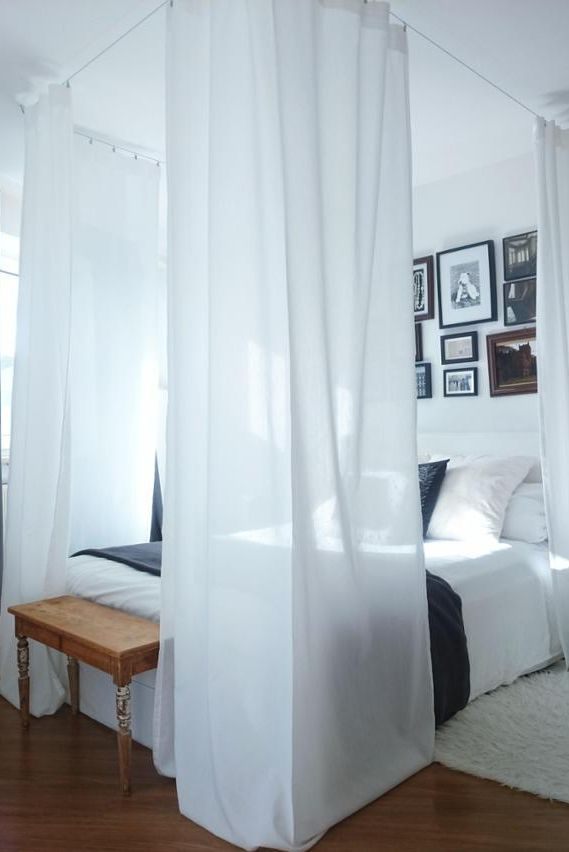 Welch wundervolles Himmelbett! #weiß #vorhänge #gallerywall #holzbank #Schlafzimmer #Bett #Himmelbett #couchstyle #living #wohnen #wohnideen #einrichten #interior #COUCHstyle