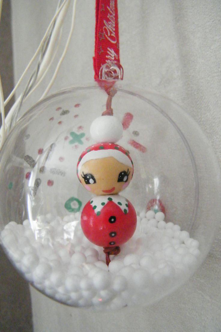 Boule de Noël transparente Mère Noël enneigée peinte à la main sur perles bois