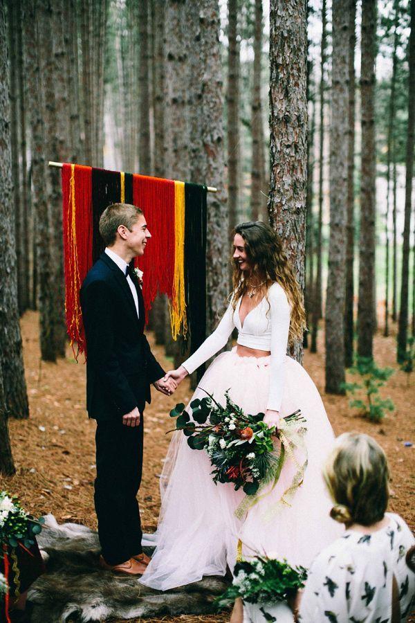 Vestido de noiva duas peças com top manga longa e saia em  tule.
