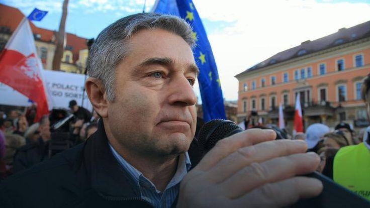 Władysław Frasyniuk:,,..Kaczyński chce nas uwolnić od dylematu demokracji, wolności obywateli, wolnych mediów. On jest wodzem, a wódz nie pasuje do XXI wieku, pasuje do epoki sprzed kilkuset lat. Obecnie mamy polską wersję wyjścia z UE. - Po tej kampanii zohydzania Tuska, to nie była porażka rządu, a zamierzony pierwszy krok opuszczenia UE