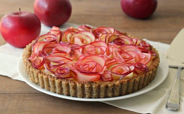 """Rozen Appeltaart.     Na de leuke Appelroos taartje, kwam ik de supergrote """"roos"""" tegen.   een lekkere taart met walnootbodem   Daarop ..."""