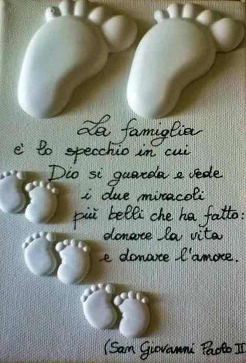 La famiglia è lo specchio in cui Dio si guarda e vede i due miracoli più belli che ha fatto, donare la vita e donare l'amore. San Giovanni Paolo II