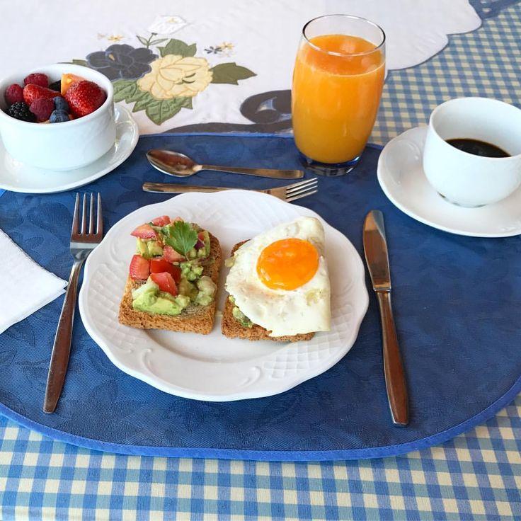 Aqueles dias q eu acordo inspirada😂🙌#frutas #manhã #cafedamanha #desayuno #spain #espana #brasilianblogger #breakfast #food #comida #frutosdelbosque #frutasvermelhas #lifestyle #instagramer #instafood #instalife #instablogger #españa #blogueira #mornings #strawberry #food #eggs #avocado #avocadotoast #guacamole #coffee