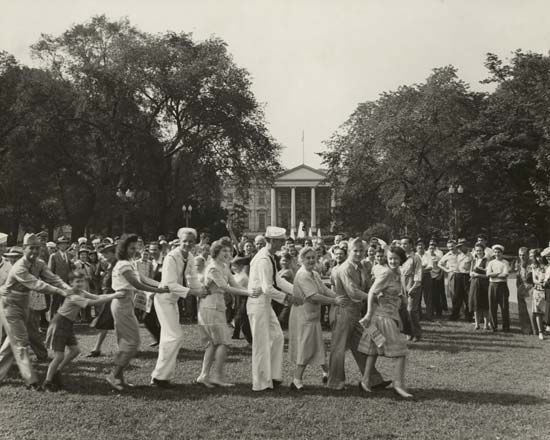 Crowd dancing on the White House lawn in Washington, D.C., on V-J Day, Aug. 14, 1945. Credit: Library of Congress, Washington, D.C.