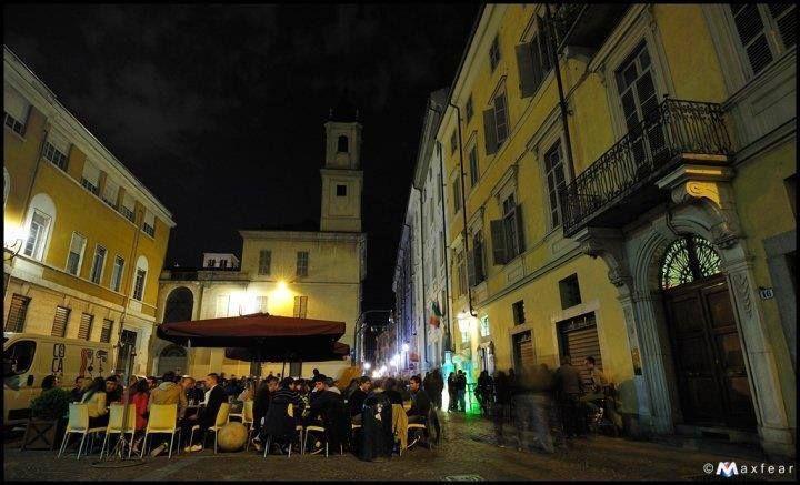 In piena ZONA Quadrilatero Romano, ambito locale adibito a cocktail bar, con orario di chiusura fino alle h.3,00 a.m. In uso spazioso dehor, magazzino interno cortile e spaziosa cantina. € 205.000